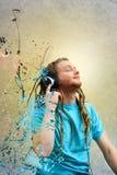 нот человека наушников слушая к детенышам Стоковые Фотографии RF