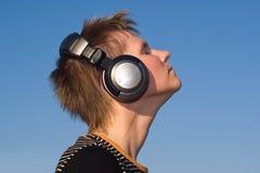 нот человека наушников слушая Стоковые Изображения RF