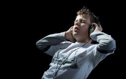нот черного мальчика слушая стоковые фото