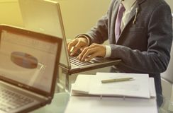 Ноутбук бизнесмена печатая стоковые изображения rf