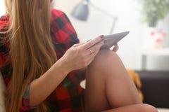 Ноутбук владением молодой женщины в работе оружий стоковое изображение rf