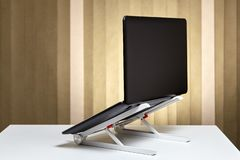 Ноутбук открыт и установлен на охлаждая стойке стоковые изображения rf