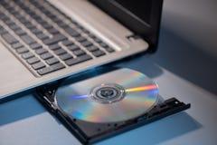 Ноутбук с концом компакт-диска вверх по всходу стоковая фотография