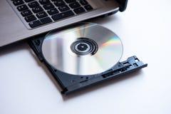 Ноутбук с концом компакт-диска вверх по всходу стоковые изображения