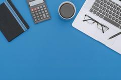 Ноутбук, тетрадь и калькулятор на рабочем столе стоковое фото