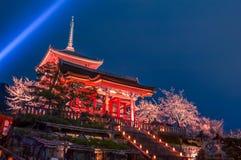 Ноча весны освещает вверх на Kiyomizu-dera, Киото, Японии Стоковая Фотография