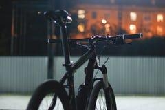 Ноча велосипеда на улице Городок на заднем плане и накаляя выигрыш Стоковая Фотография RF