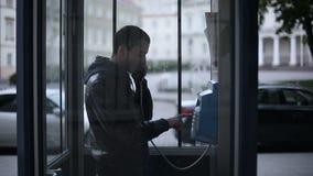 Ноча Восточная Европа Молодой человек вызывает для таксофона видеоматериал