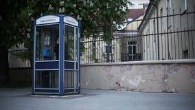 Ноча Восточная Европа Молодой человек вызывает для таксофона сток-видео