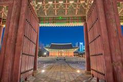 Ноча в Сеуле с дворцом Deoksugung в Корее стоковые фотографии rf