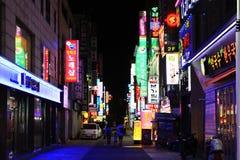 Ноча в торговой улице Кореи Пусана стоковая фотография