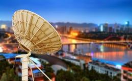 Ноча города и спутниковая антенна-тарелка коробки Стоковые Изображения RF