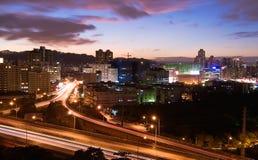 ноча городского пейзажа цветастая стоковая фотография rf