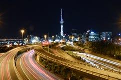 Ноча города Окленда с башней неба Стоковые Фотографии RF