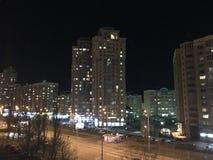 Ноча город накаляет с светами во время стоковые фото