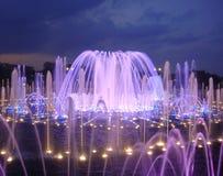 ноча загоранная фонтаном Стоковые Фото