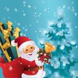 Ноча зимы в лесе Санта Клаусе рождества с сумкой подарка и колоколе в руке Стоковые Изображения RF