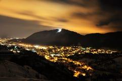 Ноча зимы над городом стоковые изображения