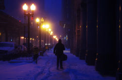 Ноча зимы людей идя Стоковая Фотография