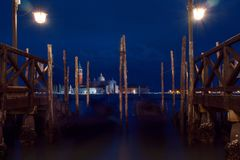 Ноча, квадрат St Mark с церковью Сан Giorgio di Maggiore на предпосылке Стоковые Изображения