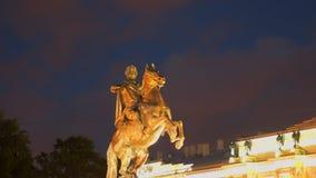 Ноча конноспортивная статуя Питера большой в квадрате сената сток-видео