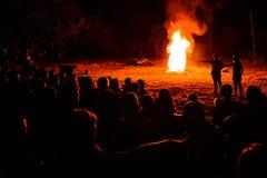 ноча конца горения костра вверх по древесине Стоковые Фото