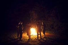 Ноча лета праздника вокруг костра Стоковое Изображение RF