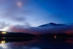 ноча луны ландшафта озера Стоковые Изображения RF