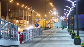 Ноча людей мостоваой идя в города тротуара автомобилей управлять дороге акции видеоматериалы
