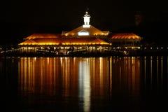 ноча над водами места стоковые фотографии rf