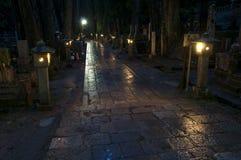 Ноча на кладбище Okunoin, Koya san, Японии Стоковые Фото
