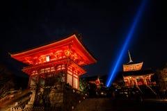 Ноча на Kiyomizu-dera, Киото, Японии Стоковые Фото