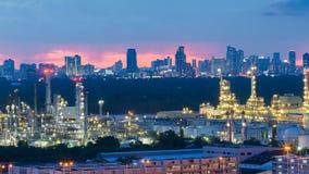 Ноча нефтеперерабатывающего предприятия светлая с городом городским Стоковое Изображение RF