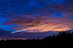 Ноча освещает, следы светов в движении воздушных судн на долгой выдержке Стоковое фото RF