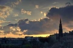 Ноча падает на город Эдинбурга стоковые фотографии rf