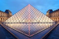 Ноча пирамиды и музея жалюзи в Париже Стоковая Фотография RF