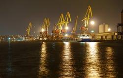 Ноча, порт, загрузка, краны, стержень груза стоковые изображения rf