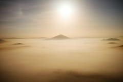 Ноча полнолуния Fairy туманная ноча в горе Богемск-Саксонии Швейцарии Холмы как острова увеличенные от густого тумана Стоковые Изображения RF