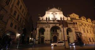 Ноча Прага, городское движение на улице ночи, люди пересекает шоссе, замок Праги, timelapse, Прагу акции видеоматериалы