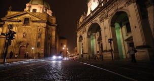 Ноча Прага, городское движение на улице ночи, люди пересекает шоссе, замок Праги, timelapse, Прагу сток-видео