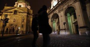 Ноча Прага, городское движение на улице ночи, люди пересекает шоссе, замок Праги, timelapse, Прагу видеоматериал
