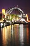 ноча Сидней гавани моста Стоковая Фотография