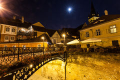 Ноча снятая центра города с романтичным кафем Стоковое фото RF