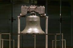 Ноча сняла свободы колокола, на волю самоцентрирующийся кернер, в историческом районе Филадельфии, Пенсильвания стоковое фото rf