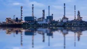 Ноча станции нефтеперерабатывающего предприятия к промежутку времени дня видеоматериал