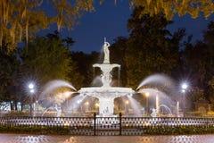ноча фонтана светлая излучает красную воду Стоковое Фото