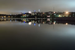 Ноча Хельсинки, отражение в воде, Финляндии стоковые фото