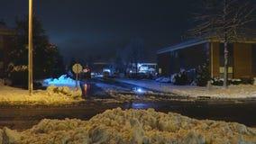 Ноча чистка трактора снега с бульдозером после снежностей Грейдер сгребает снег в вьюге видеоматериал