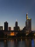 ноча frankfurt Германии финансового района Стоковые Фото