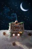 ноча gingerbread коттеджа снежная Стоковые Фотографии RF
